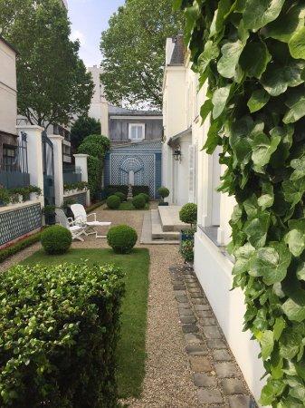 Manoir de Beauregard: A view of the front entrance. Beautiful little entrance.