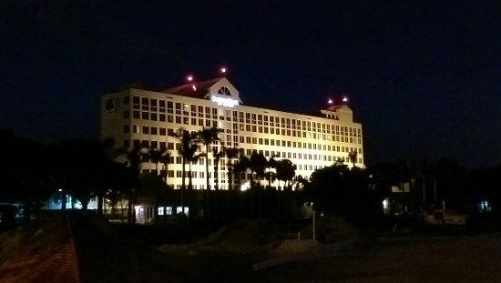 DoubleTree by Hilton Hotel Deerfield Beach - Boca Raton: Hotel at night