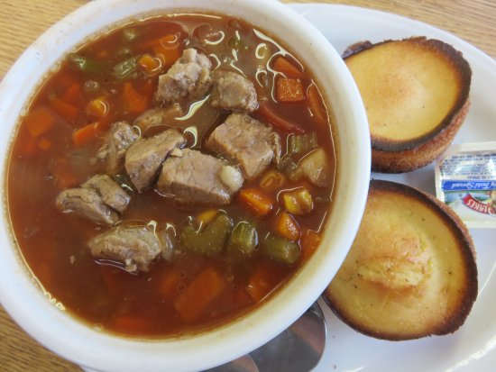 """Clyde, Carolina do Norte: Beef Vegetable soup with cornbread and """"buttery spread'"""