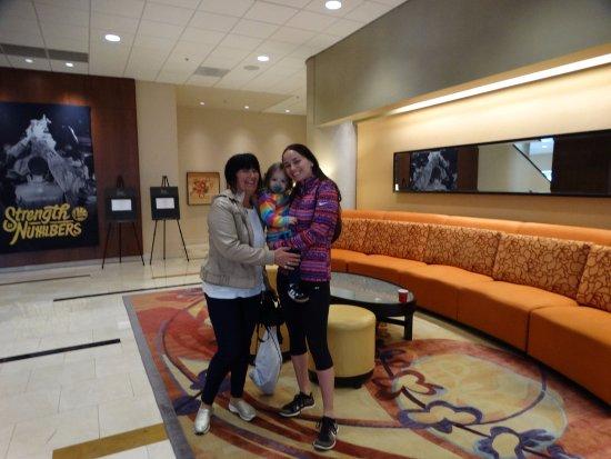 Oakland Marriott City Center: En el hall del hotel con mi hermana y sobrinita.