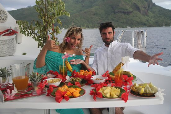 rye getting the food from Christian - Photo de Moorea Dream Yacht ...