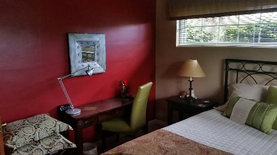 The Guest House Bed & Breakfast: Sitting room and one of the guest rooms