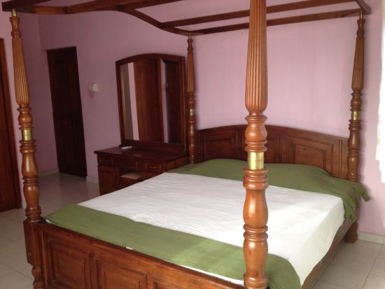 Splendour Villa Colombo: King Size Bed In Splendour Villa. Splendour Villa  Colombo: Bar Type Pantry And Kitchen