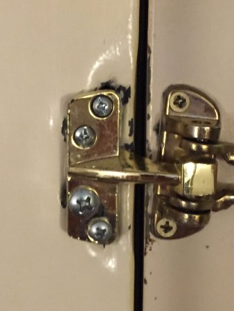 Embassy Suites by Hilton Arcadia Pasadena Area: Lock on door ready to fall off