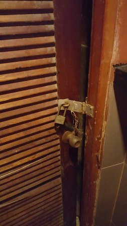 Choppers Bar & Grill: The most revolting bathrooms I have ever seen.