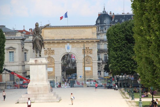 à l\'intérieur du jardin - Picture of Porte du Peyrou, Montpellier ...