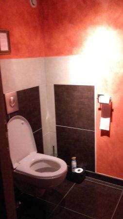 toilette spacieuse,moderne avec une touche orientale comme le ...