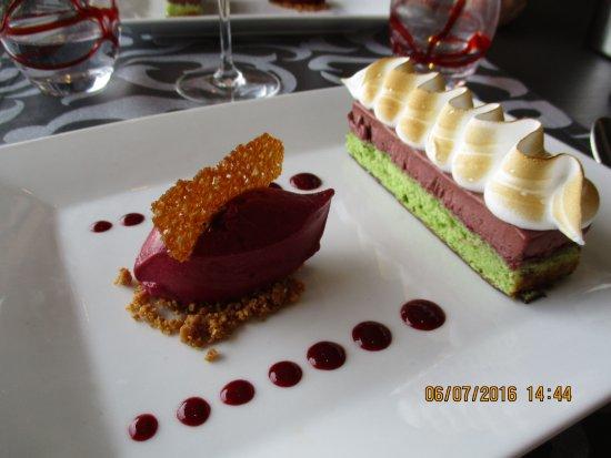 Hostellerie De La Mer: gateau pistache, mousse au chocolat-framboise et glace myrtille