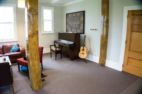 Verandahs Backpackers Lodge: Lounge area with instruments