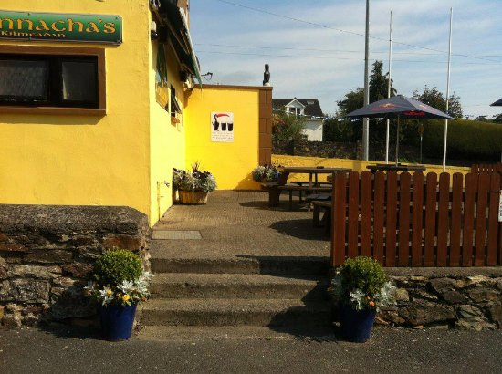 O'Donnachas Bar: Nice and bright in or beer garden area
