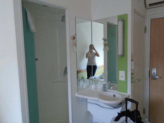 Hotel ibis budget Birmingham Airport: Sink facilities - toilet is the right door in the right of the picture,