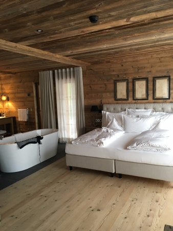 schlafzimmer offenes bad bild von san luis retreat hotel lodges avelengo hafling. Black Bedroom Furniture Sets. Home Design Ideas