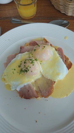 The Strand Inn: Eggs Benedict with Sliced Pan