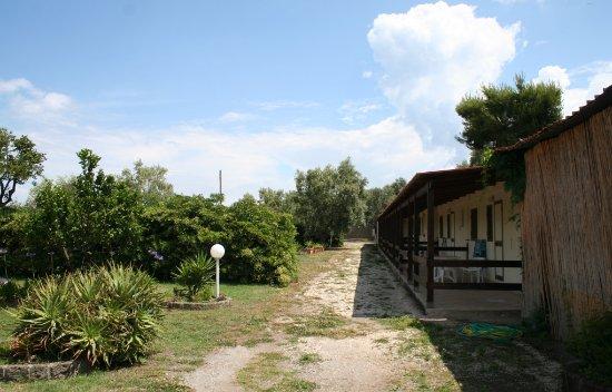 Villa Lubrense : Les bungalows avec leur terrasse l'une à côté de l'autre