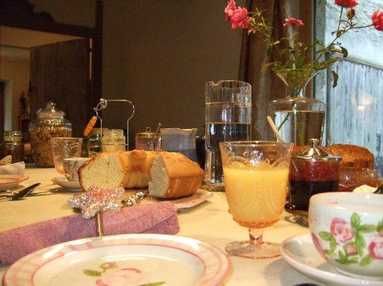 Moulin de Limayrac: petit-déjeuner avec gâteau et confitures maison