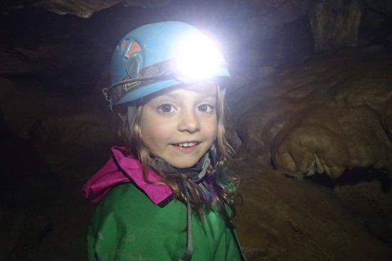 Pyrenees-Autrement: jeune demoiselle en spéléo