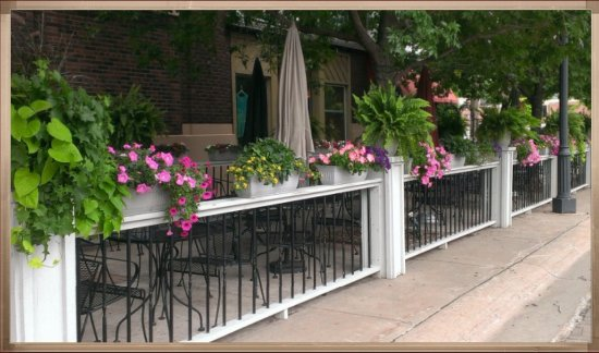 Spiro's Downtown Restaurant: The outside eating area of Spiro's is completely charming!