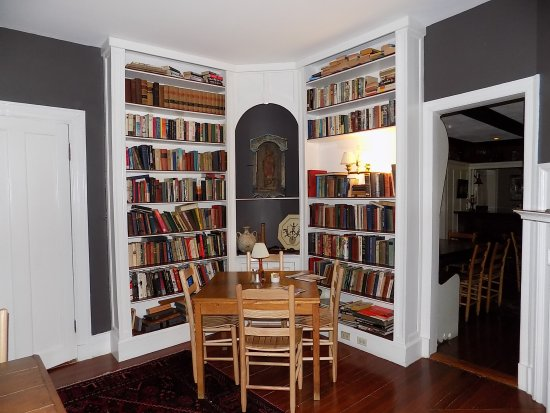 The Manor Inn: Here's a view of the library.