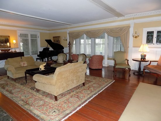 The Manor Inn: Here's a view of the living room.