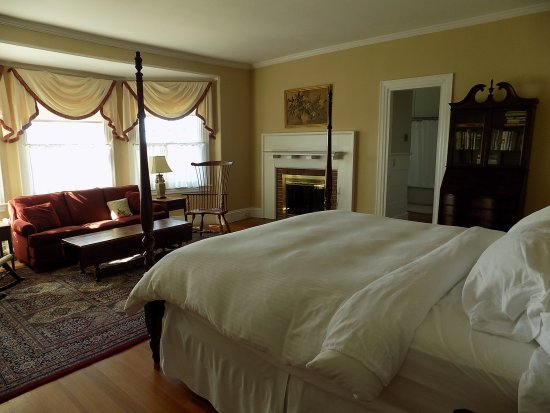 The Manor Inn: All the rooms were spacious and well appointed.