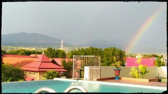 Hotel Santika Palu: Sore hari di kolam renang, lihat pelangi dengan latar belakang pegunungan. Cantiknya...!