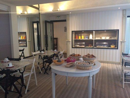 Hotel Roncevaux : Salle du petit déjeuner et buffets salé et sucré