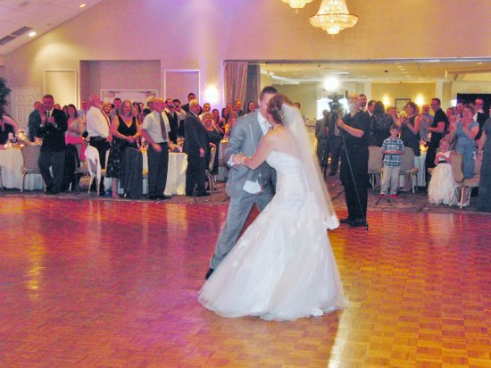 Springfield - Delaware County, Pensilvanya: Spacious dance floor between both sides of guests.