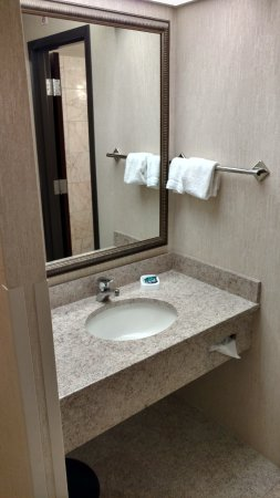 Drury Inn & Suites St. Louis Fenton: Clean Bathroom (2/3)