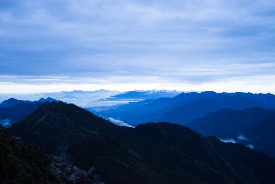 Yushan National Park: 玉山攻頂,日出前群山像