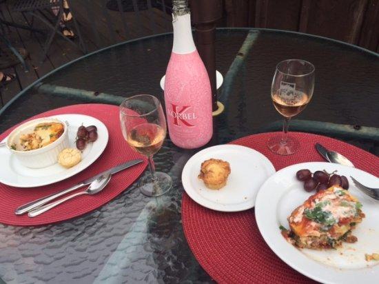 Old Crocker Inn: Breakfast with a nice sparkling rose!