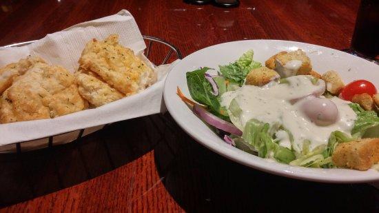 Elmhurst, Νέα Υόρκη: house salad e pãozinho