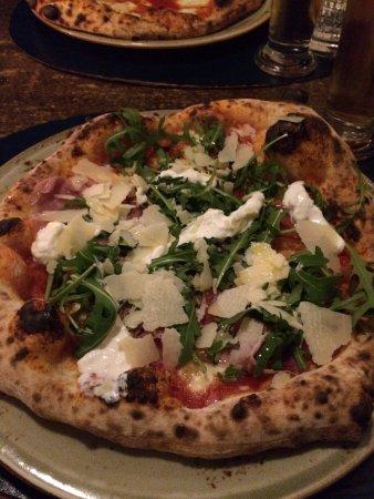 Pizzeria: Pizza Margherita Special, com parma, pecorino, muzzarela e rúcula