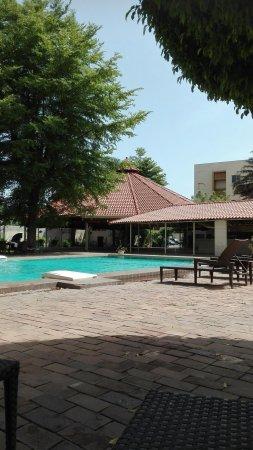 Azalai Grand Hotel: Внутренний дворик отеля и бассейн.