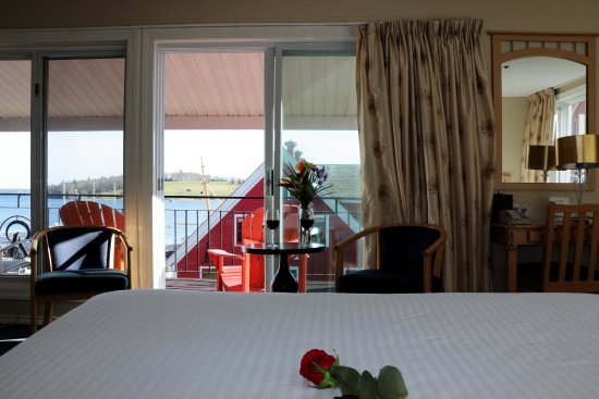 Rum Runner Inn : Deluxe Queen Room (1 Queen, 1 Double bed) with Veranda, Harbour view