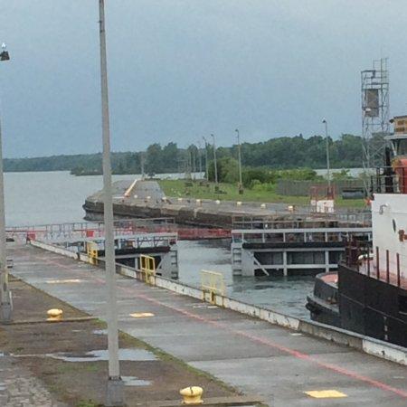 Massena, NY: Lock closing with boat inside