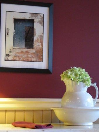 The Vanderbuilt House: Pleasant decor and wall color in dining room.