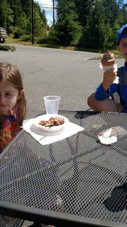 Camano Island, WA: Lots of ice cream in the kids size!! Outdoor seats for when it's sunny