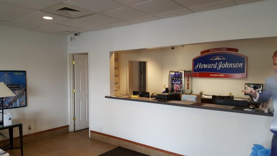 Howard Johnson Inn - Sandusky Park N. Entrance: Front Desk