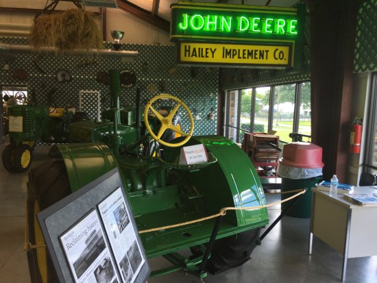 Point Lookout, MO: Old John Deere