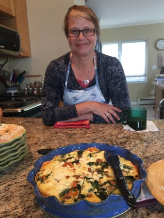 Adams Street Bed & Breakfast: Judy with the incredible quiche which was part of what she made for breakfast.