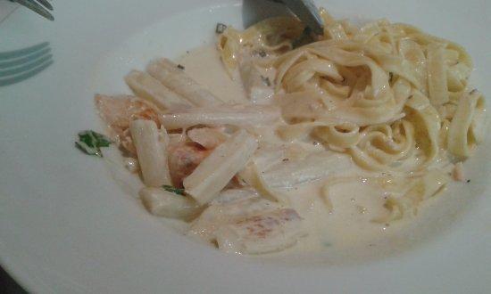 Gold River: fettucine au saumon portion régime..à peine 20-30 grammes asperges (trognons) sauce crème (dilué
