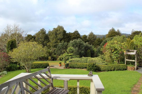 Waipoua Forest, Nueva Zelanda: The lodge is surrounded by tranquil gardens, grounds & kauri forests
