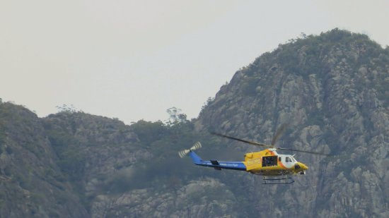 Barney View, Australien: RACQ helicopter searching for lost bushwalkers
