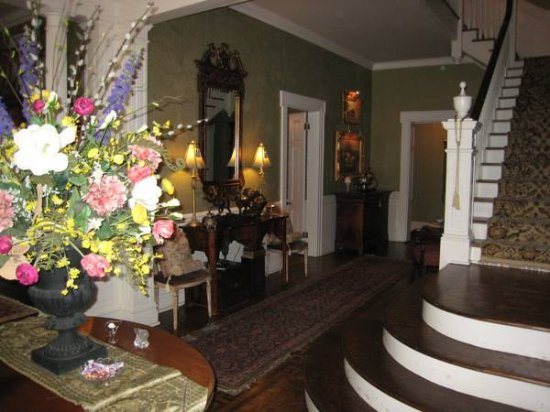 Belle Oaks Inn: Grand entry