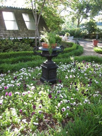 Belle Oaks Inn: Gardens