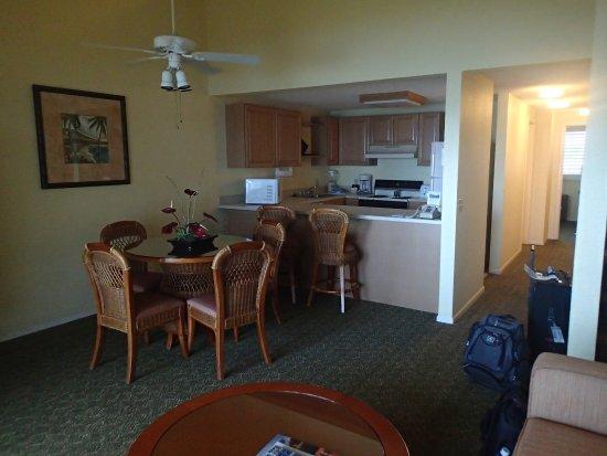 Pono Kai Resort: Living area to the kitchen.
