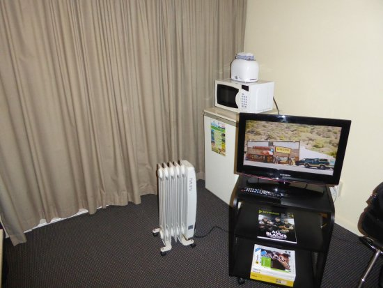 Manukau Heights Motor Lodge: Tv, microwave, fridge, toaster, and hot water pot in rooms