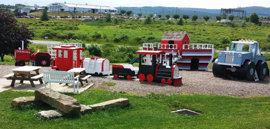 Blairsville, Πενσυλβάνια: Cornell Creamery Playground with plenty of space to relax.