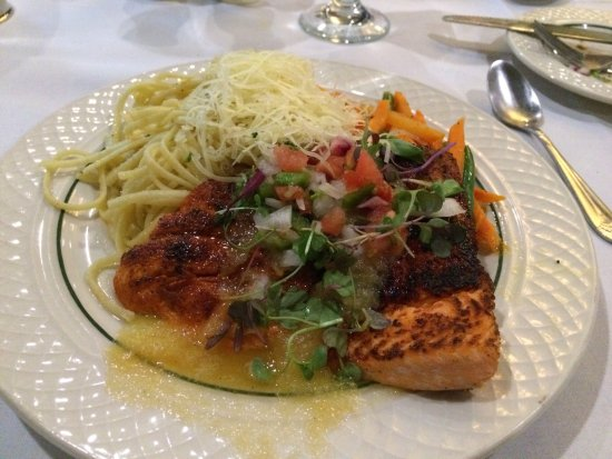 Lake Elmo Inn: The Sockeye Salmon w/vegetable medley & pasta.