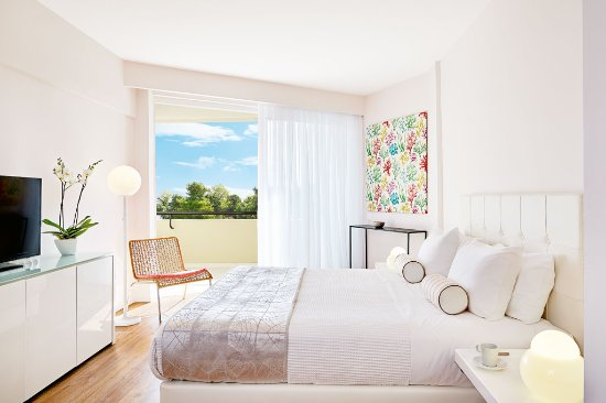Grecotel Pella Beach: Superior Guestroom, Open plan sleeping and living area